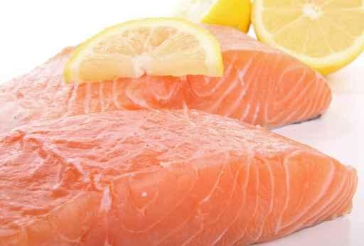 Recette de pavés de saumon à la pâte d'olives noires avec son riz et sa fondue de poireaux