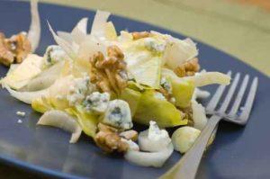 Salade d'endives à la pâte de noix, aux pommes et roquefort